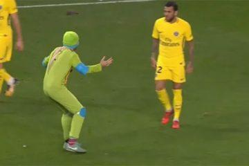 Двое, одетых в костюмы черепашек-ниндзя прервали футбольный матч