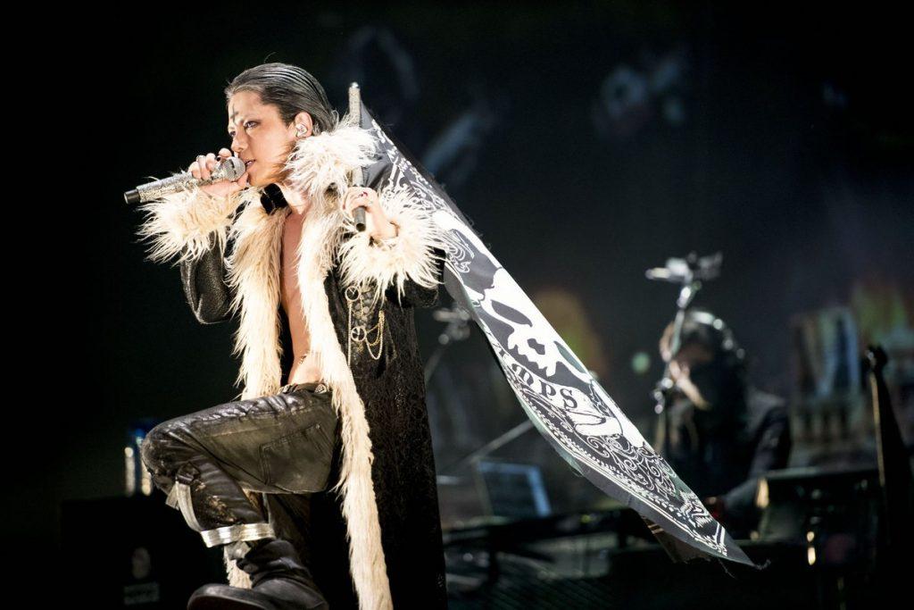 Японская рок-звезда выступает в косплее из Hunter X