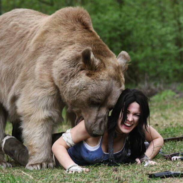 Косплей Lara Croft с гигантским медведем