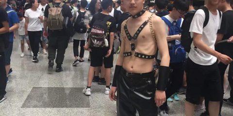 Косплей порно мема привлёк толпу и охранника