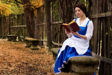 Диснеевский книжный червь: косплей Белль из мульфильма «Красавица и Чудовище»