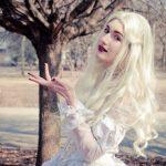 Элегантный косплей Белой Королевы из фильма «Алиса в Стране Чудес»