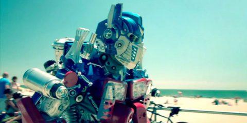 Бывший военный пилот теперь косплеит роботов