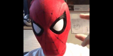 Косплей Человека-паука с подвижными линзами