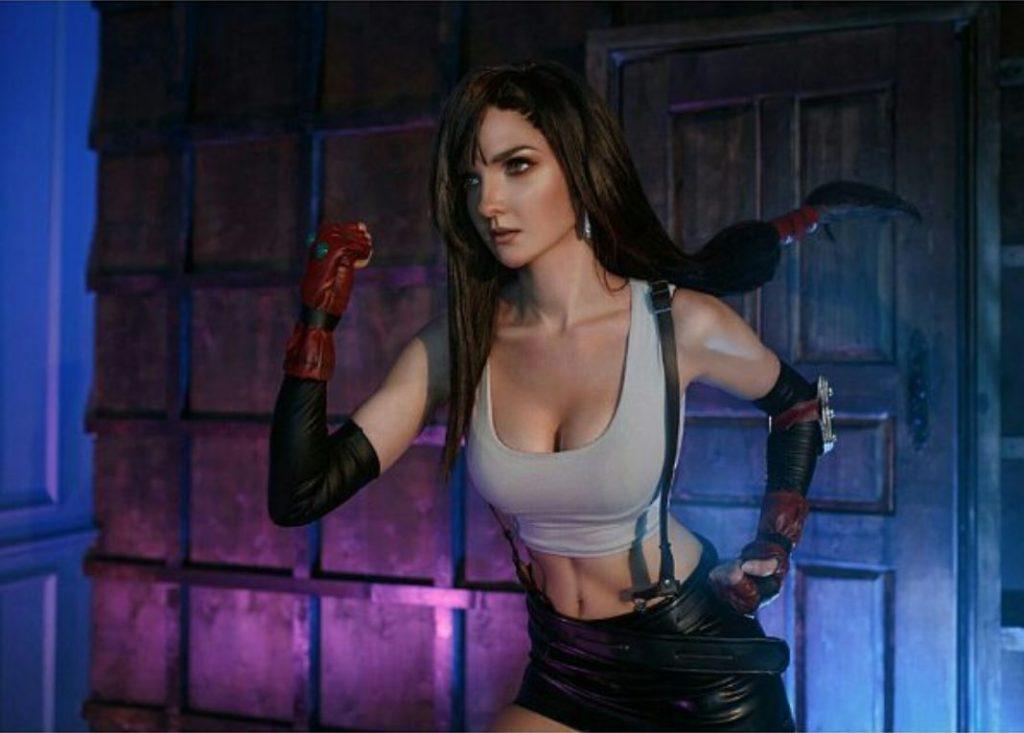 Косплей Тифы Локхарт из ремейка Final Fantasy VII, который поднимается на новый уровень