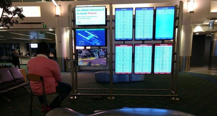 Игрок подключил PS4 к мониторам аэропорта и запустил Apex Legends