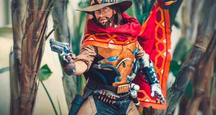 Актер озвучки Overwatch Мэтью Мерсер косплеит Маккри и делает это очень круто