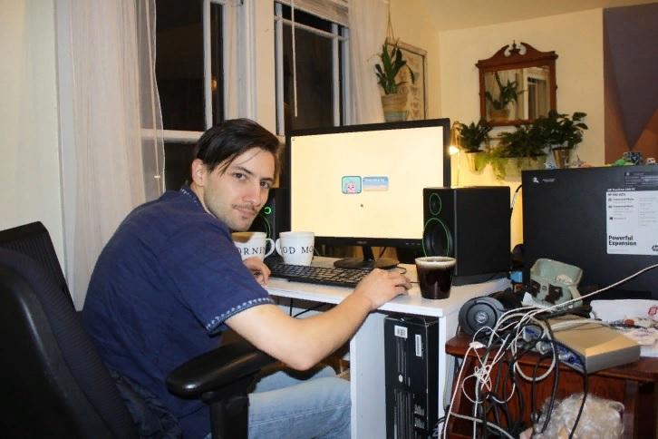 У создателя Stardew Valley наконец появился комфортный компьютерный стол